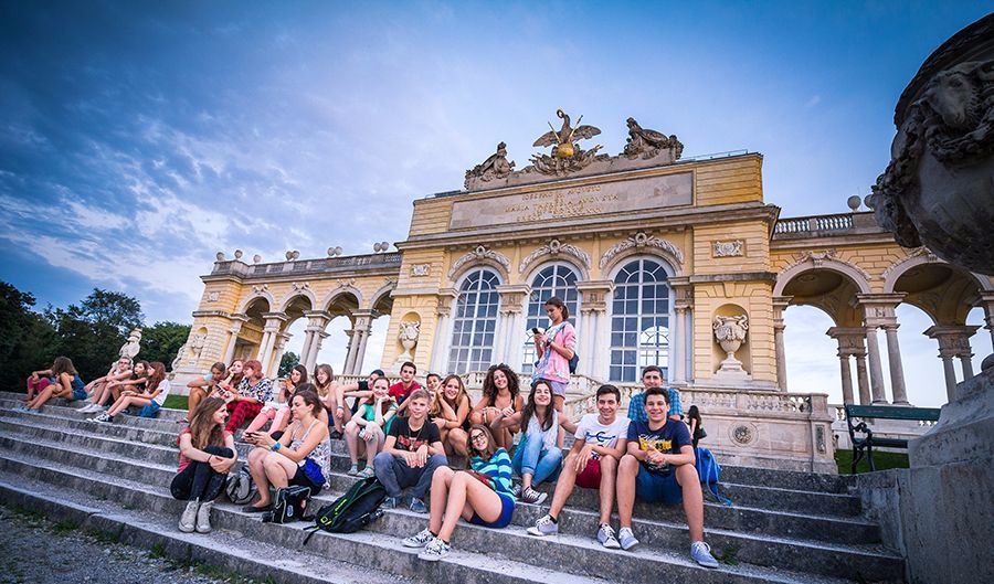 Students on a city tour in Vienna